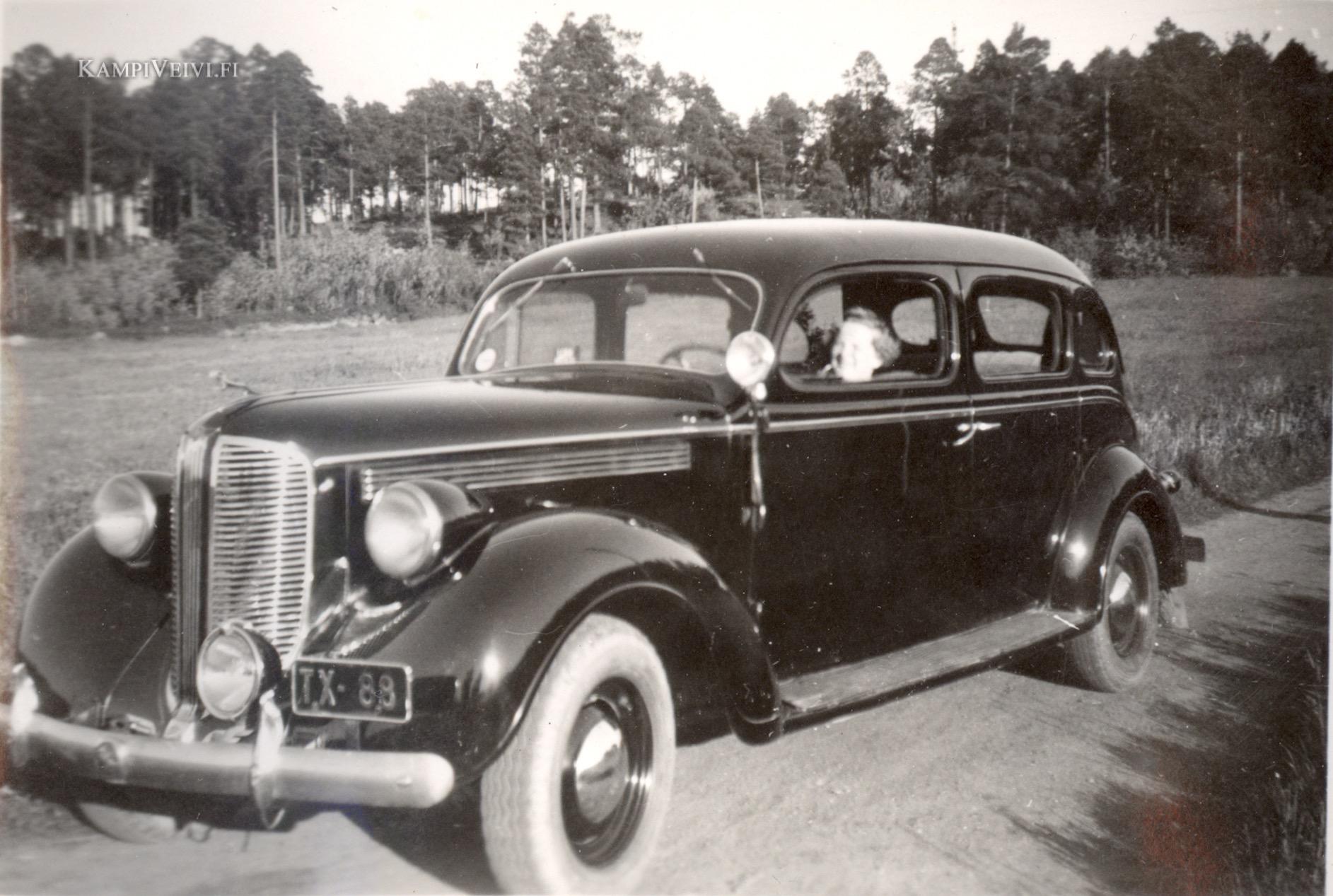 1938 Dodge Limousine, TX-88 kilvissä. Ratissa Evi.