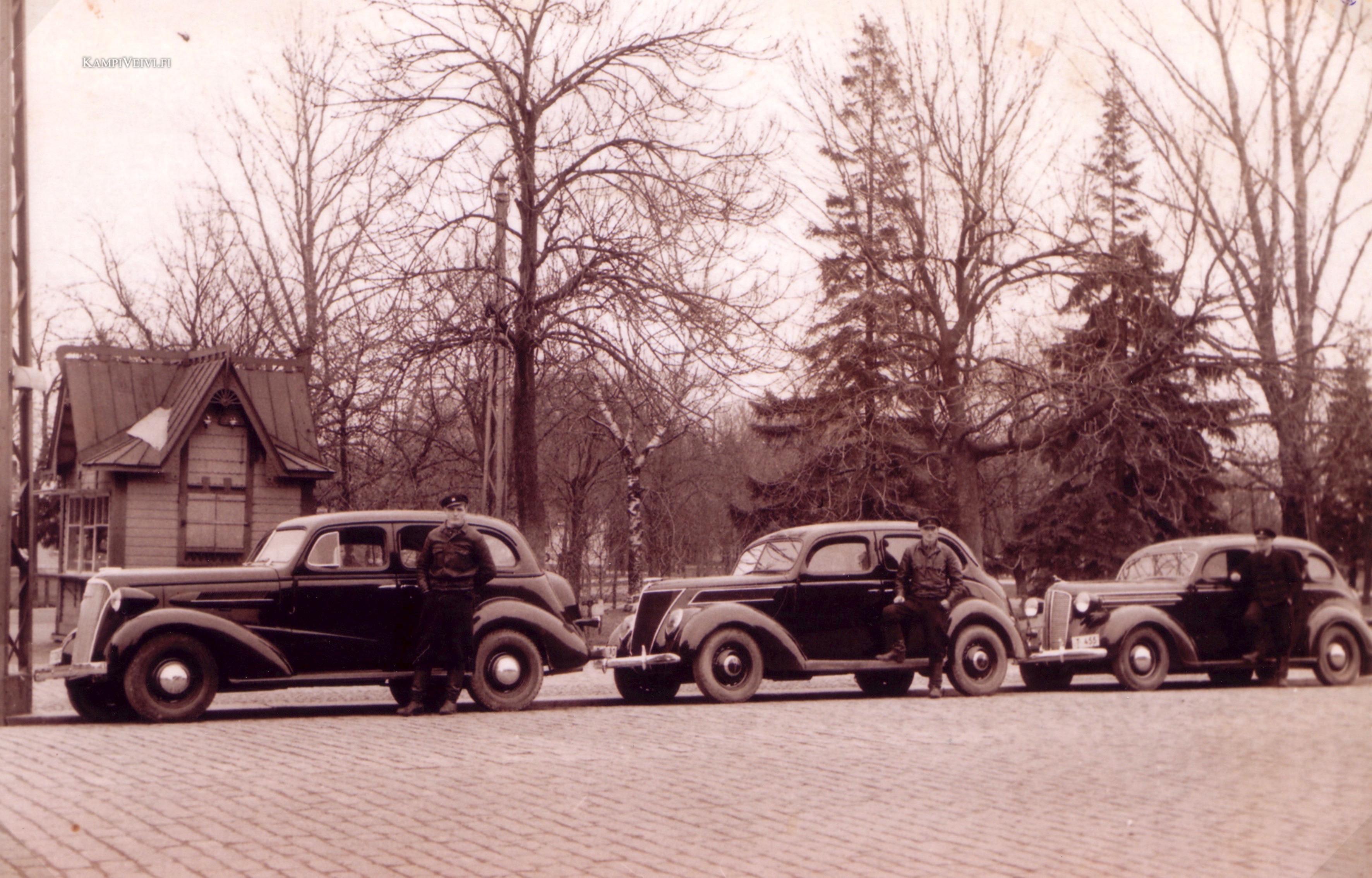 1937 Chevrolet, Ford ja Dodge taksit, kuvattu Kupittaan vuokra-autoasemalla 1937.