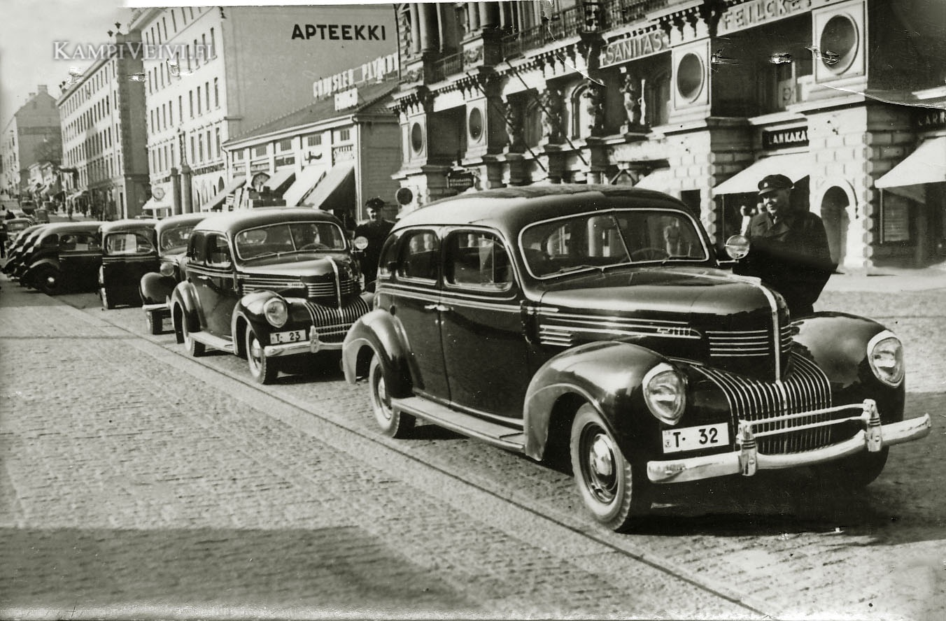 Kaksi kappaletta 1939 Chrysler Royal Limousineja